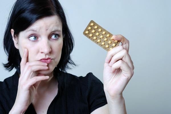donna-guarda-farmaci